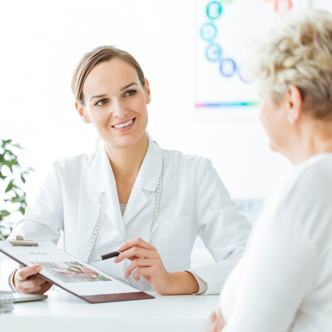 Rückführung Therapie – ganzheitliche Therapie mit Hypnose. Die gezeigte Besprechungssituation symbolisiert ein freundliches Anamnesegespräch in der Berliner Therapie-Praxis.