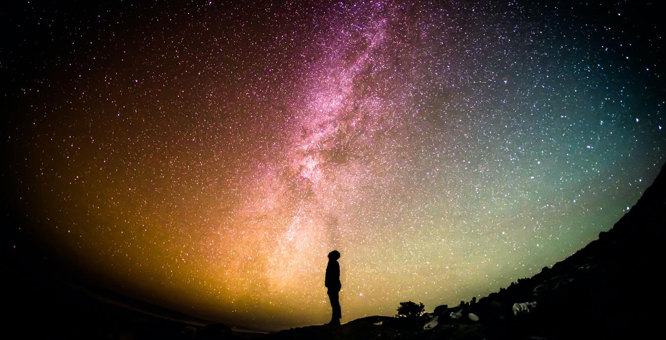Spirituelle Weiterentwicklung - ein Mensch vor den Weiten des Universums